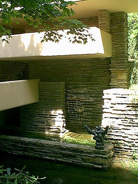 赖特将流水别墅建在地形复杂